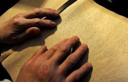 湖北高考首位盲人考生:单独考场 打字机答题