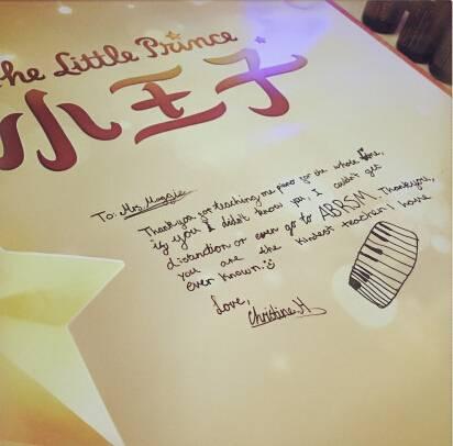 国际学校里的黄多多:手写英文信感谢钢琴老师