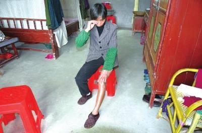 ②曾爱云母亲抚摸疼痛的残疾左腿。